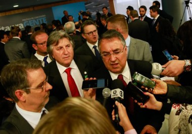 Colombo assina concessão do aeroporto de Florianópolis