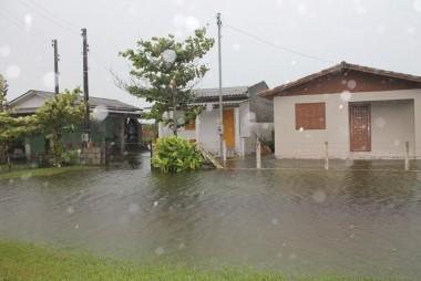Chuvas alagam ruas no Balneário Rincão