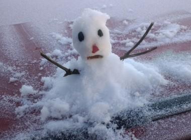 Amanhecer gelado rende até 'bonequinho de neve' na serra