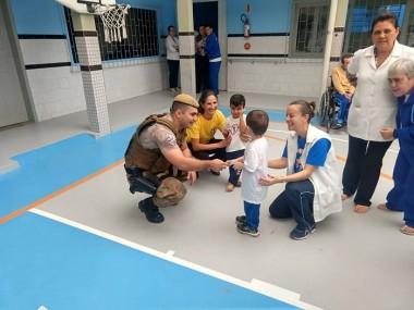 Policiais Militares visitam APAE de Içara