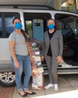 Direção da Apae de Içara distribui cestas básicas para famílias de alunos