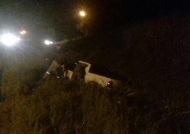 Automóvel sai da pista após colidir em redutor de velocidade