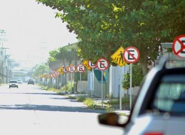 Avenida com 78 placas chama atenção em Balneário Rincão