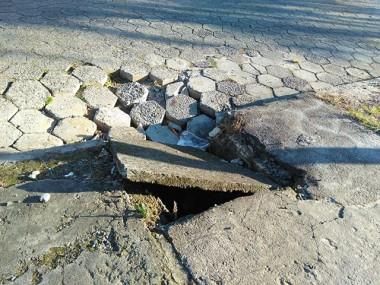 Bocas de lobo danificadas geram risco aos pedestres