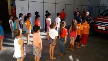Crianças participam de curso de formação de bombeiros mirins