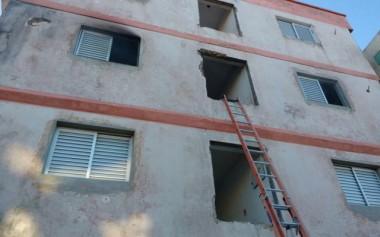Bombeiros combatem incêndio em edifício em reforma
