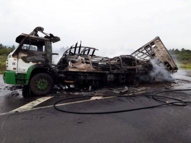 Incêndio deixa totalmente destruído caminhão