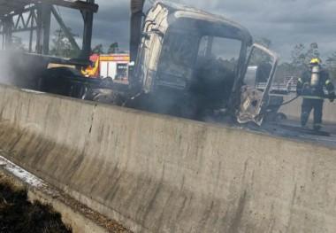 Caminhão pega fogo após acidente na BR-101 em Maracajá