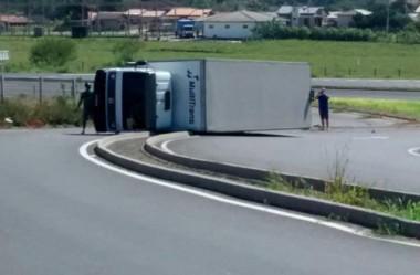 Caminhão tomba na pista ao sair da Via Rápida em Poço Oito