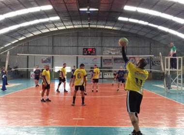 Equipes do Campeonato de Voleibol doam fraldas