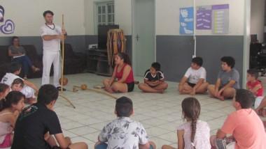 Alunos do Serviço de Fortalecimento de Vínculos de Jacinto Machado participam de aulas de capoeira
