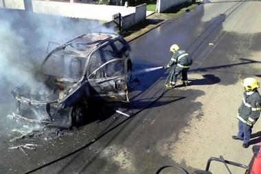 Incêndio em veículo atinge residência em Barracão