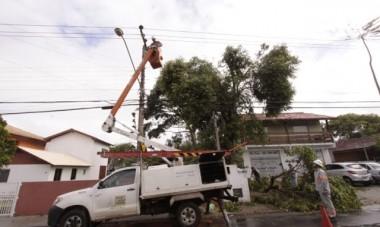 Equipe da Celesc trabalha no restabelecimento da energia