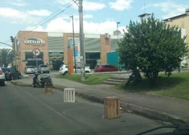 Condutores reservam vagas de estacionamento em Criciúma