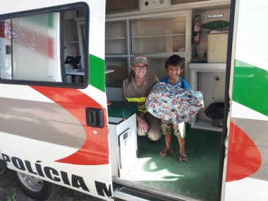 Criança vira amiga da Polícia Militar e ganha presente