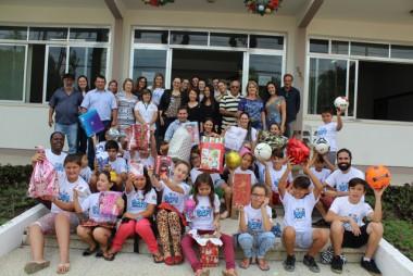 Crianças ganham presentes de servidores municipais