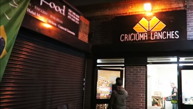 YouTuber encontra o típico x-salada criciumense em Londres