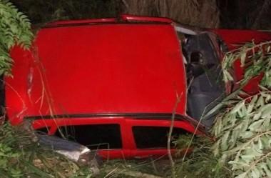 Veículo de Criciúma tomba após saída de pista na BR-101 em Içara