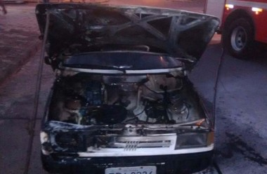Veículo é atingido por incêndio no bairro Jardim Elizabete