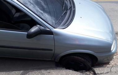Buraco deixa veículo preso na Rua Sete de Setembro