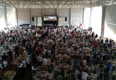 Mercedes-Benz inaugura em Içara com entrega de veículos