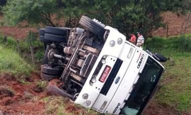 Caminhão de Criciúma tomba no Anel Viário