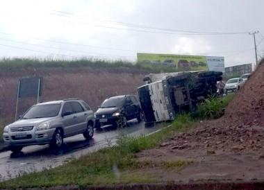 Caminhão tomba no acesso ao Anel Viário em Içara