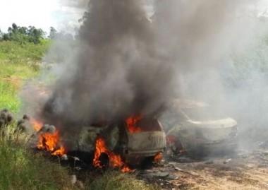 Veículos são usados em assalto e depois incendiados