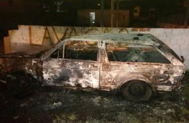 Sucata de veículo é tomada pelo fogo no bairro Aurora