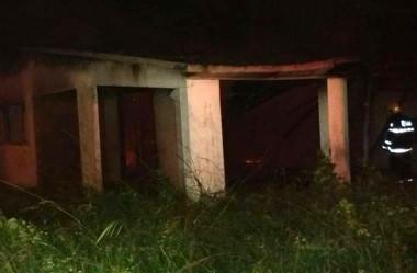 Casa é destruída pelo fogo em Balneário Rincão