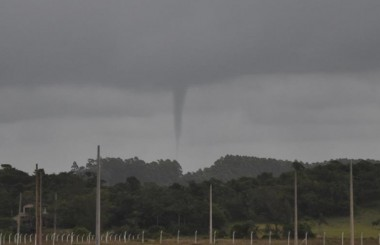 Nuvem em forma de tornado é registrada no céu de Içara