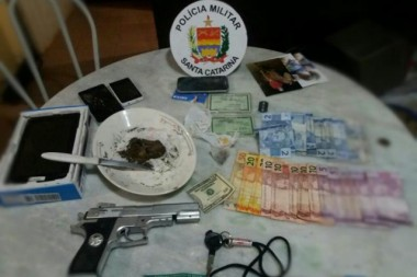 Mulher é presa pela PM de Içara com réplica de pistola e drogas