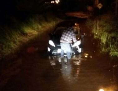 Madrugada teve veículo ilhado e rodovia trancada em Içara