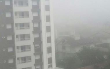 Neblina encobre Içara na manhã desta quinta-feira