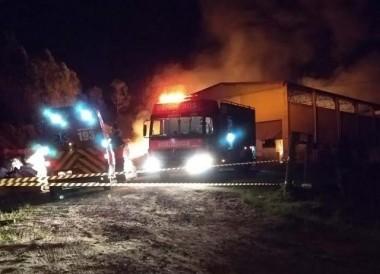 Pavilhão utilizado por associação de catadores é atingido por incêndio