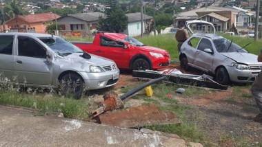 Capotagem atinge veículos estacionados