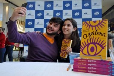 Escritor Bruno Miranda fecha turnê com autógrafos na região