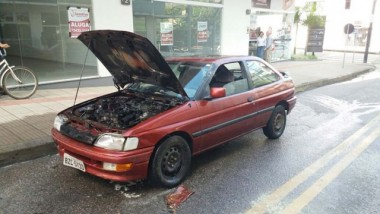 Veículo é atingido por incêndio nesta manhã em Içara