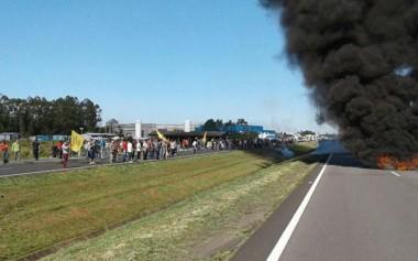 Manifestantes formam bloqueio na BR-101 em Içara