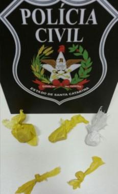 Dupla é detida por tráfico de drogas pela PM em Jaqueline