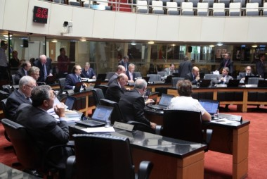 Parlamento derruba dois vetos do governo do Estado