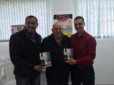 """Livro """"Prisioneiros do Álcool"""" é uma ação no combate aos vícios"""