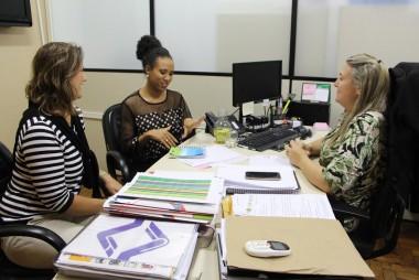 Educadora apresenta livro que aborda a igualdade de gênero e raça