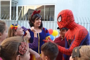 Heróis e princesas levam alegria para a Casa Guido
