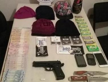 Polícia prende dois homens e apreende dois adolescentes por roubo