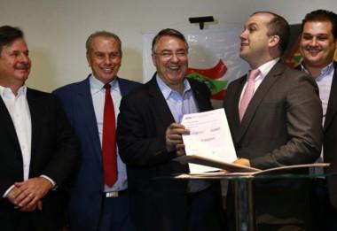 Estado e Badesc garantem R$ 56,8 milhões a 18 municípios