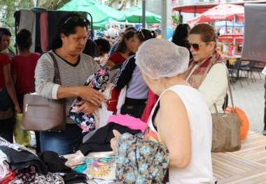Estudantes de Moda distribuem roupas de graça à população