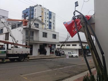 Pedestre é atingido por fios de energia e telefônico no Centro