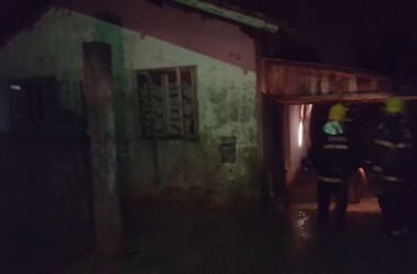 Idosos são retirados de residência em chamas em Imbituba