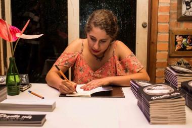 Cláudia Iara Vetter faz sessão de autógrafos da nova obra